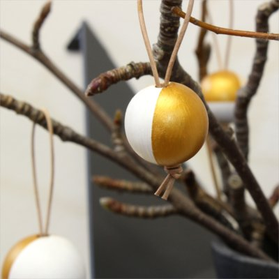 Christmas styling of your plant hanger from BY DYB – Wood: 4. The balls hanging on the branches