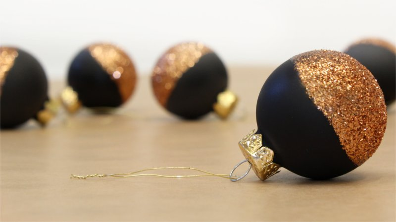 Christmas styling of your plant hanger from BY DYB – Glitter: 3. The bulbs are finished