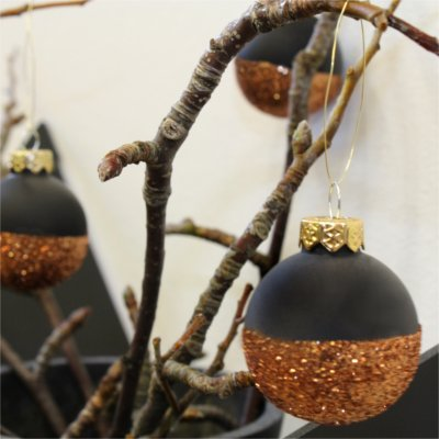 Christmas styling of your plant hanger from BY DYB – Glitter: 4. The bulbs hanging on the branches
