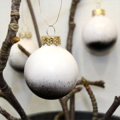 Christmas styling of your plant hanger from BY DYB – Splash effect: 4. The bulbs hanging on the branches