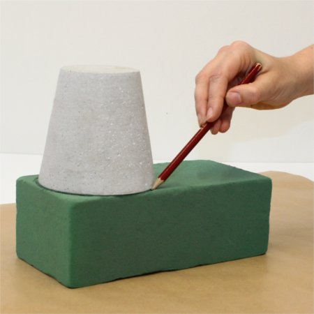 Marking the size of the pot on the floral foam