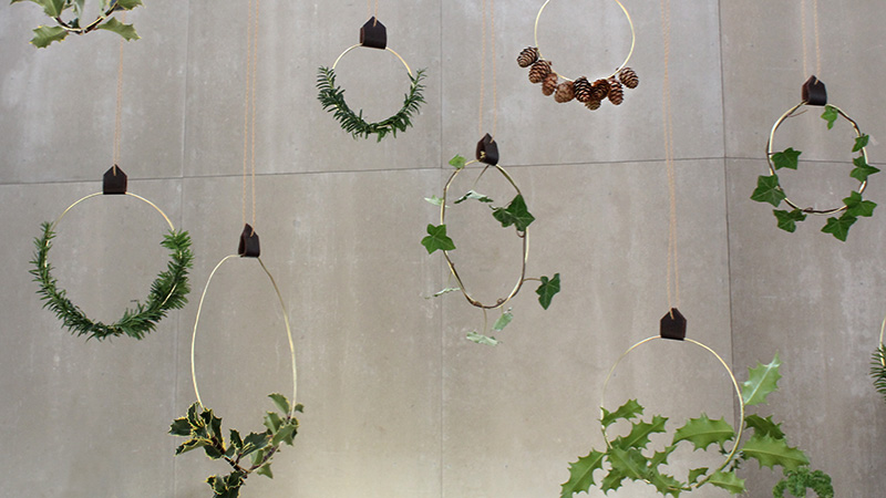 Inspiration for your Christmas table with BY DYB: Aluminum rings with natural decorations hanging over the Christmas table