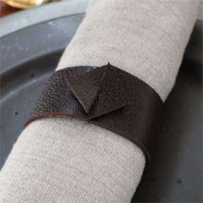 Inspiration for your Christmas table with BY DYB: Napkin with leather napkin ring