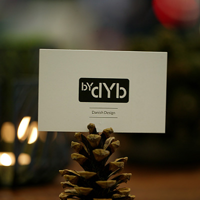 Inspiration for your Christmas table with BY DYB: Place card holder made of a spruce cone