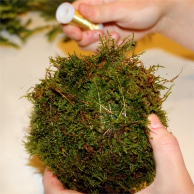 Inspiration for your Christmas table with BY DYB: Put moss around the floral foam sphere and tie it with steel wire