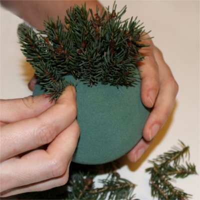 Inspiration for your Christmas table with BY DYB: Stick spruce branches into the floral foam sphere