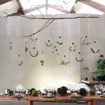 Inspiration for your Christmas table with BY DYB: The aluminum rings hanging on a large branch over the Christmas table