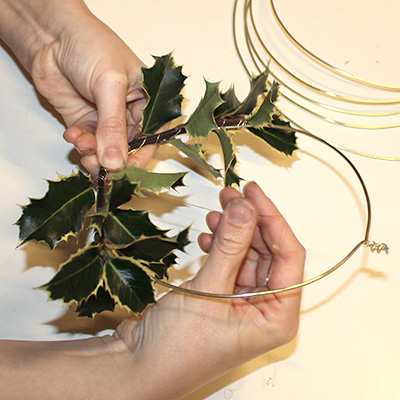 Inspiration for your Christmas table with BY DYB: Tie the nature elements around the rings with steel wire